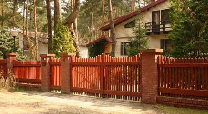 Забор из дерева: преимущества традиционной архитектуры